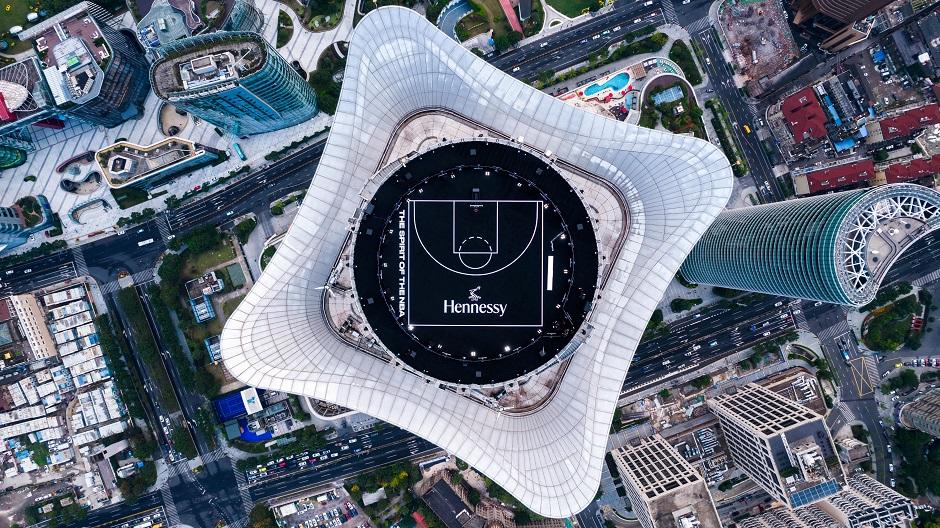 轩尼诗 X NBA新赛季精彩开幕 高空快闪篮球场亮相申城